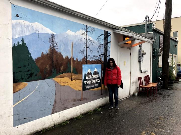 La foto di rito con il murales