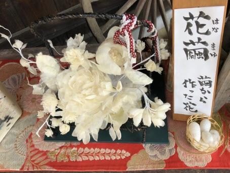 Prodotti realizzati con i bozzoli dei bachi da seta / Products made with the silk cocoons