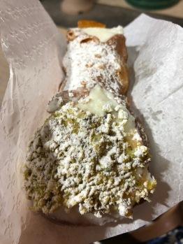 Cannolo con granella di pistacchi, pasticceria Peralta