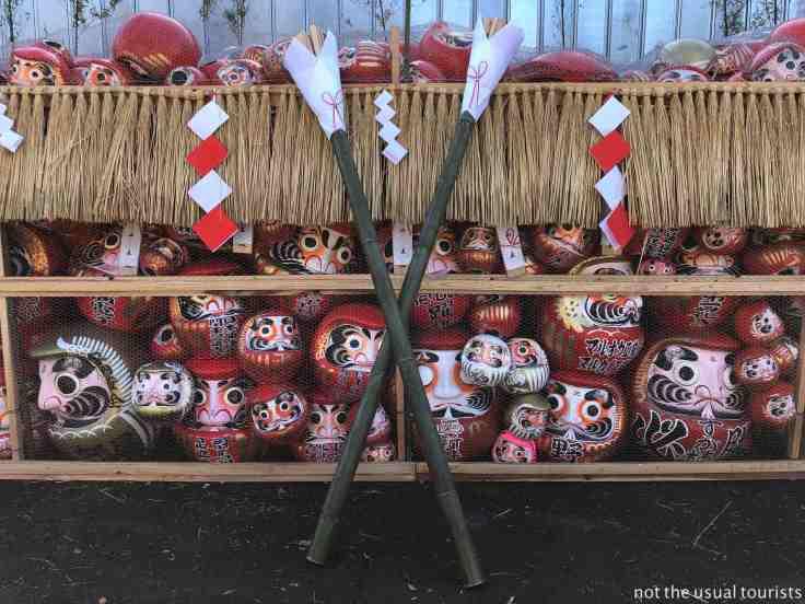 Le torce cerimoniali che verranno usate per dar fuoco ai daruma
