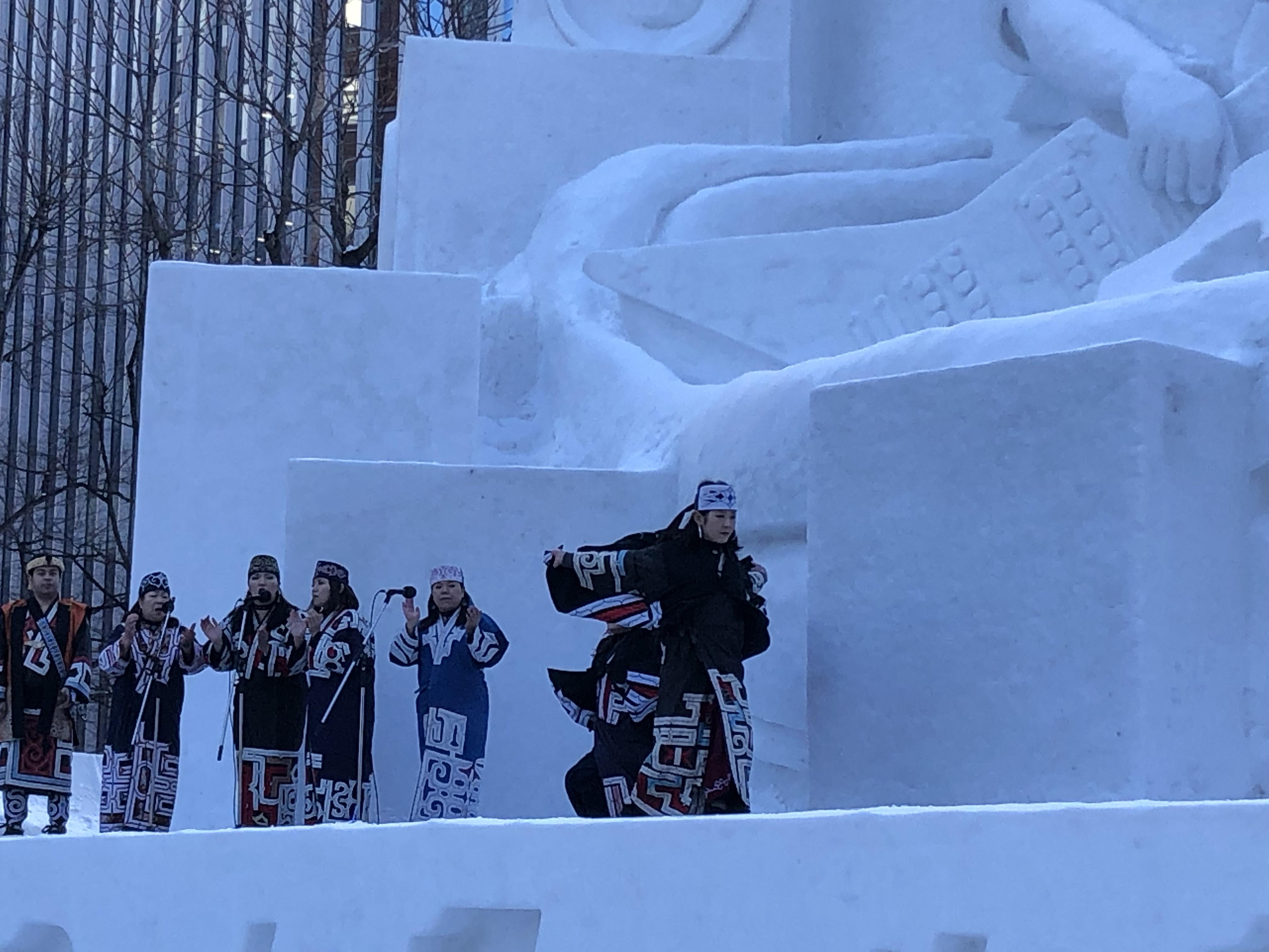 Performance sul palco della scultura dell'Hard Rock Cafe